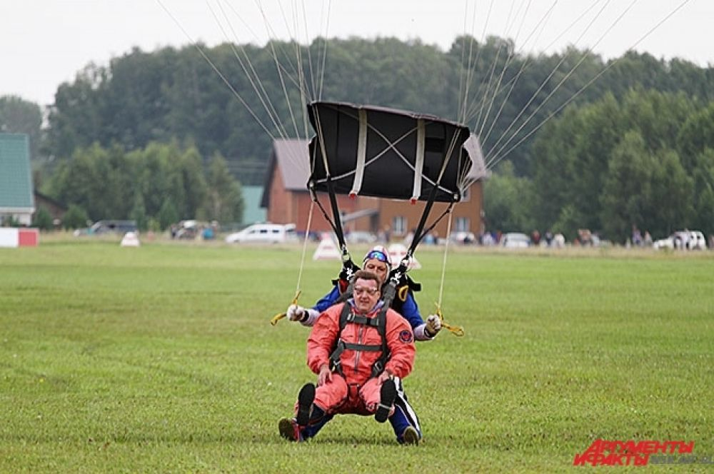 Неожиданно с небес на землю спустился и мэр Новосибирска. Анатолий Локоть прыгнул в тандеме с парашютистом.