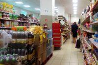 Подростки выносят продукты из магазинов самообслуживания.