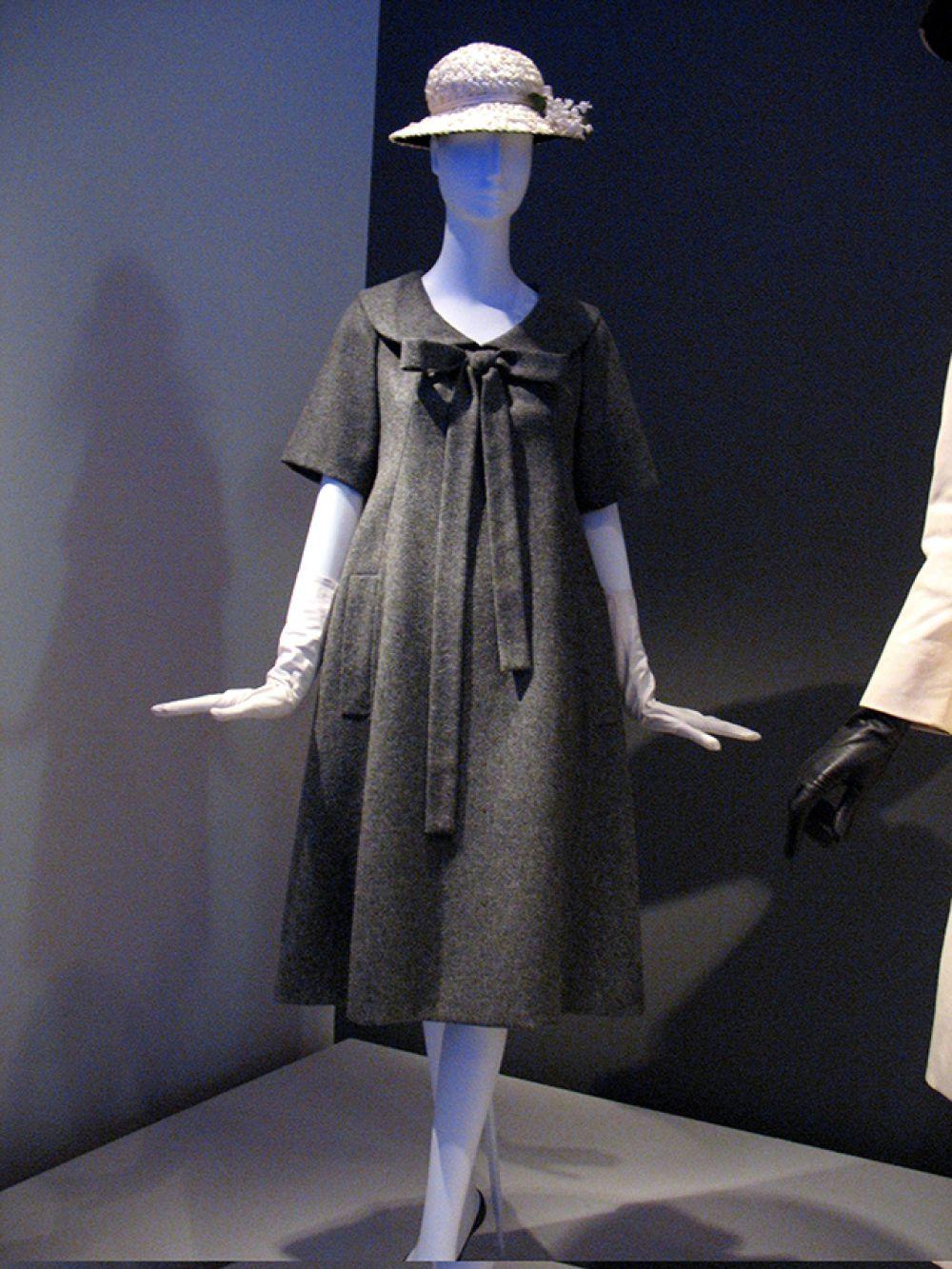 Первая официальная коллекция Ив Сен-Лорана, которую он представил миру в январе 1958 года как глава модного дома Dior, произвела настоящий фурор в мире моды. Модная публика привыкла к знаменитому диоровскому «почерку» — женственные платья с приталенными пышными силуэтами. Вместо этого молодой Сен-Лоран выводит на подиум моделей в непривычных для того времени коротких трапециевидных платьях, которые становятся модным символом 60-х годов.