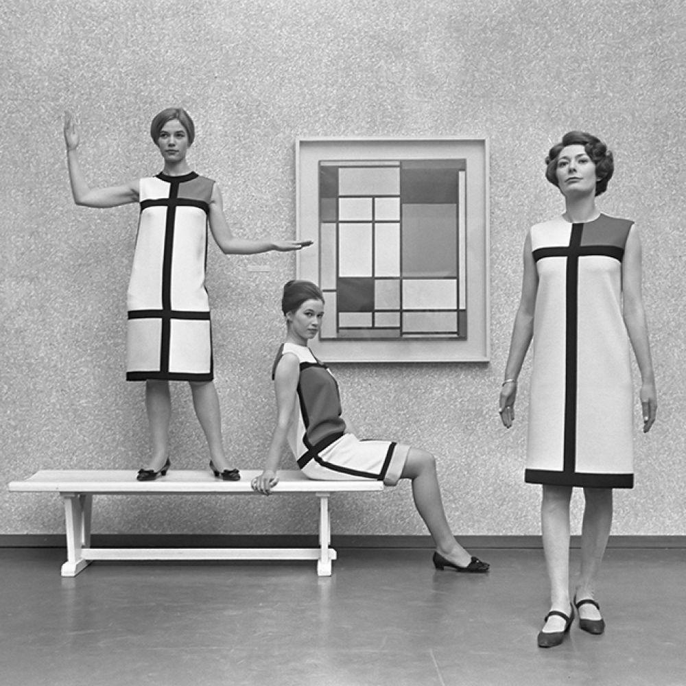 Открыв свой модный дом, Сен-Лоран, вдохновившись картинами абстракциониста Пита Мондриана, в 1965 году создал коллекцию под названием «Мондриан».
