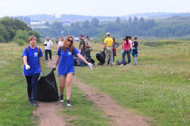 Два полных кузова КаМАЗа были наполнены собранным мусором.