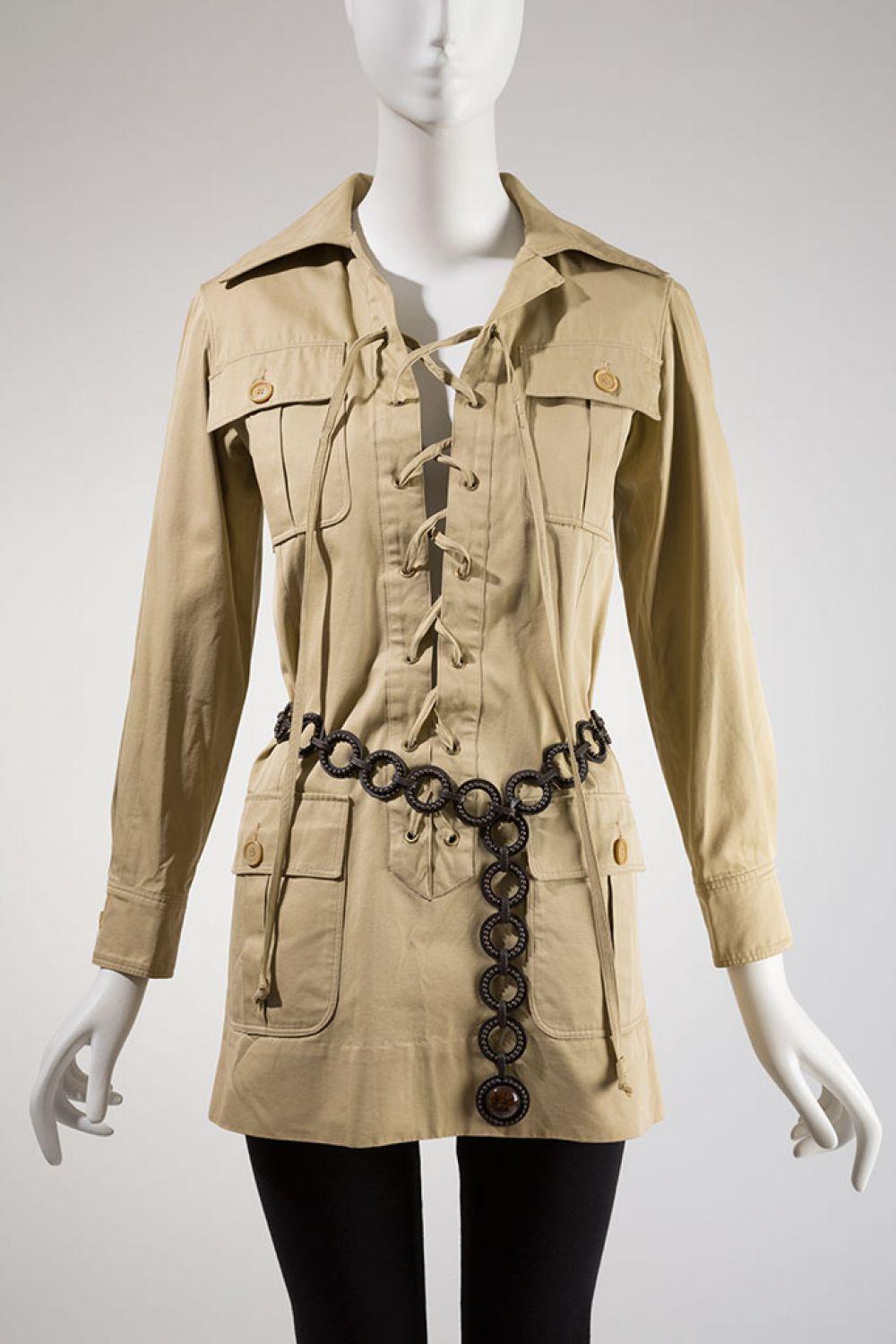 В разгар войны во Вьетнаме Сен-Лоран предлагает публике сенсационную коллекцию в камуфляжном стиле. Именно он вдохнул новую жизнь в стиль милитари.