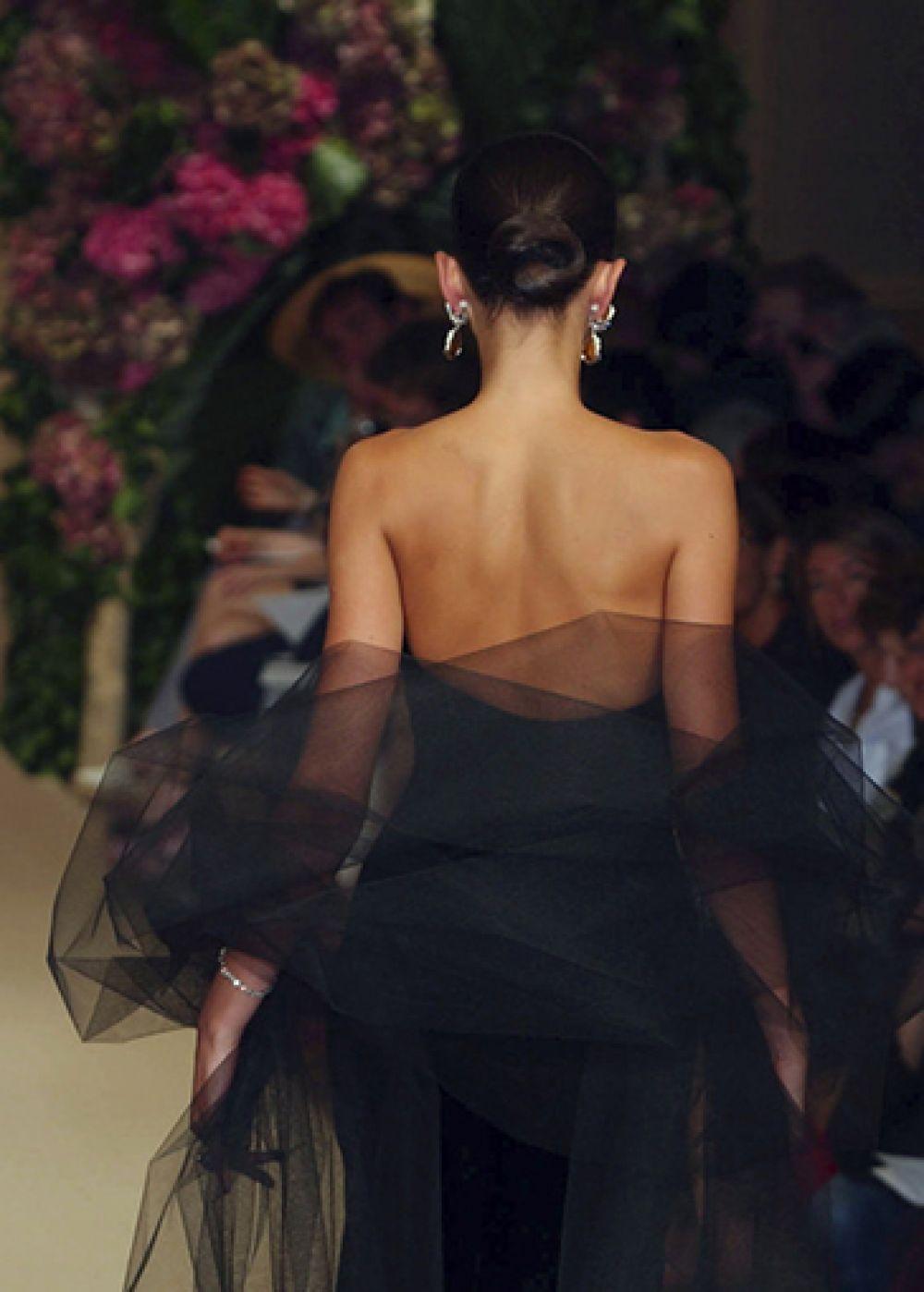 Благодаря модельеру в моду вошли нежные прозрачные шелковые блузы. Сен Лоран любил сочетание прозрачной ткани на голое тело и брючного костюма.