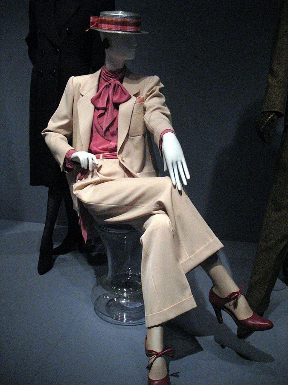 Ив Сен-Лоран одним из первых модельеров объявил войну гендерному формализму в моде и подарил женщинам многие элементы мужского гардероба, без которых сложно представить современный стиль. Например, именно Сен-Лоран доказал миру, что женщина в брюках — это красиво.