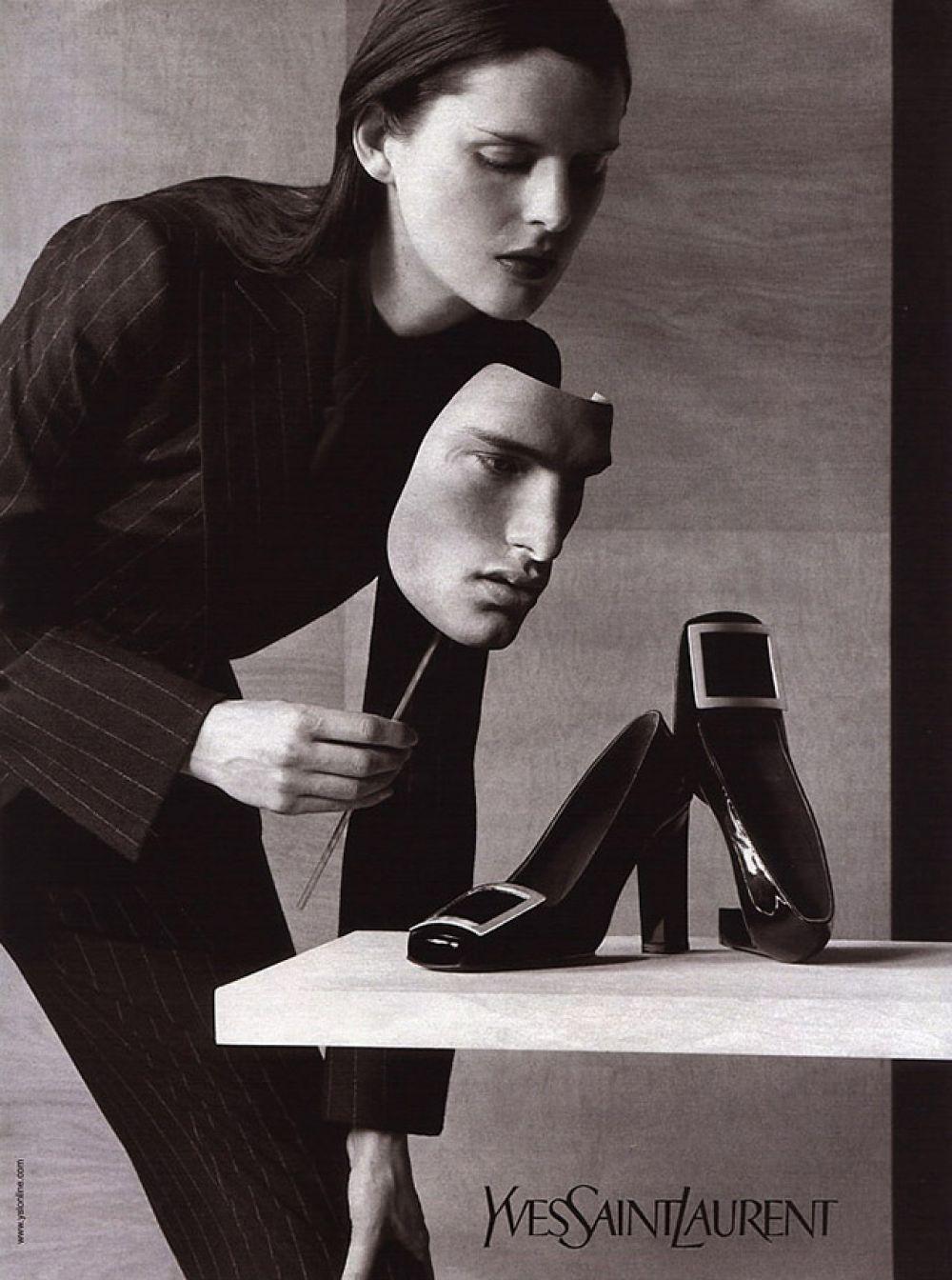 Новаторские идеи модельера коснулись не только женской одежды, но и обуви. Благодаря его легкой руке вошли в моду лодочки на низком каблуке с квадратным носом и металлической пряжкой.