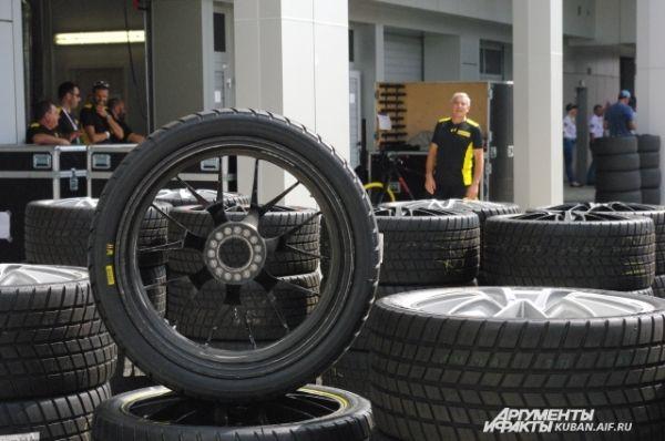 Шины для автомобилей на этих гонках, как и на «Формуле-1», предоставляла компания Pirelli.