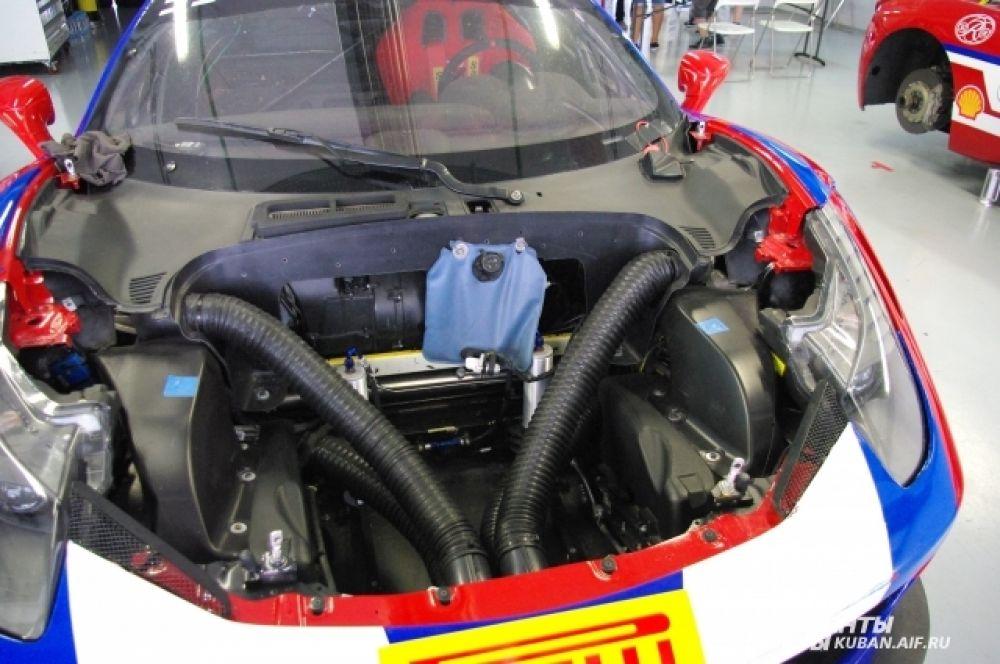 Механики не скрывали от гостей внутренности трековых автомобилей. После каждой гонки их разбирают на части, чтобы проверить состояние машин.