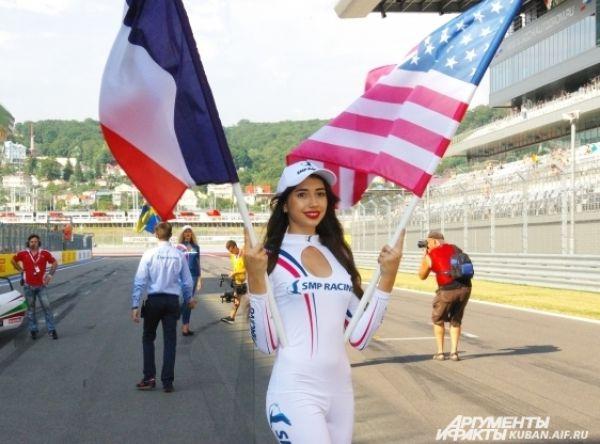 Grid girl. На старт пилотов провожали очаровательные девушки с флагами тех государств, которые представляют гонщики.