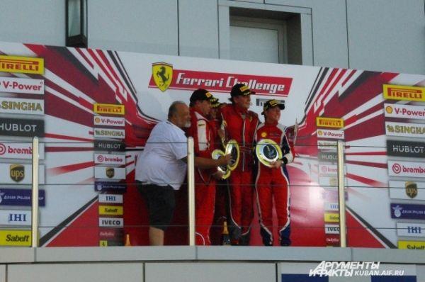 Награждение победителей первой гонки Ferrari Challenge Coppa Shell. Четвертой на подиуме стала единственная женщина-гонщик Дебора Майер, она выиграла кубок Леди.