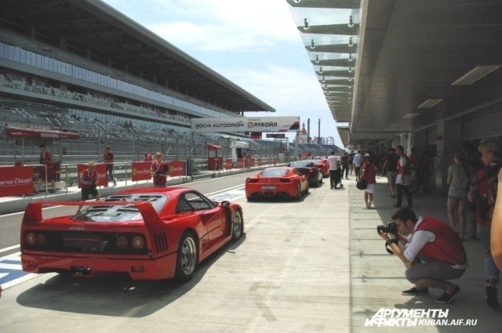 В рамках гоночного уикенда состоялся специальный заезд VIP-клиентов Ferrari на личных автомобилях. Среди них были и российские владельцы.