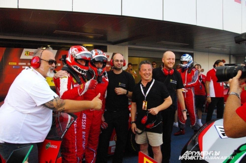 Команды встречают лидеров гонки.