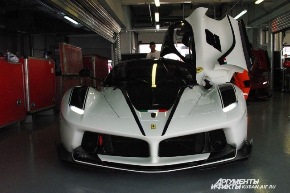 Один из самых современных и дорогих автомобилей завода Ferrari, его стоимость в несколько раз превосходит начальный уровень цены на гоночные авто в 1,5 миллиона евро. Таких в мире всего 30 штук.