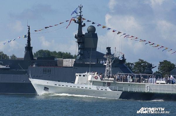 Вице-адмирал Игорь Мухаметшин обошел на катере парадный строй боевых кораблей флота, стоящих в морском канале Балтийска, и поздравил военных моряков с праздником.