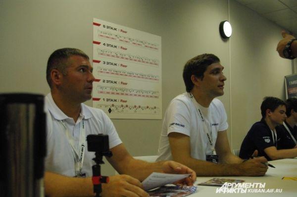 Первого российского пилота «Формулы-1» Виталия Петрова фанаты долго не отпускали. Когда закончились флайеры, для автографов шли в ход любые вещи, даже бутылки из-под минералки.