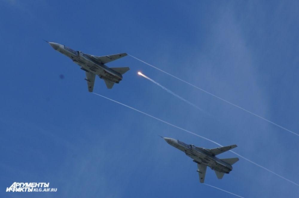 В воздушном параде были представлены фронтовые бомбардировщики Су-24, истребители Су-27, противолодочные и поисково-спасательные вертолеты Ка-27ПЛ и Ка-27ПС, ударные вертолеты Ми-24, транспортно-боевые вертолеты МИ-8, военно-транспортные самолеты Ан-26 морской авиации Балтийского флота.