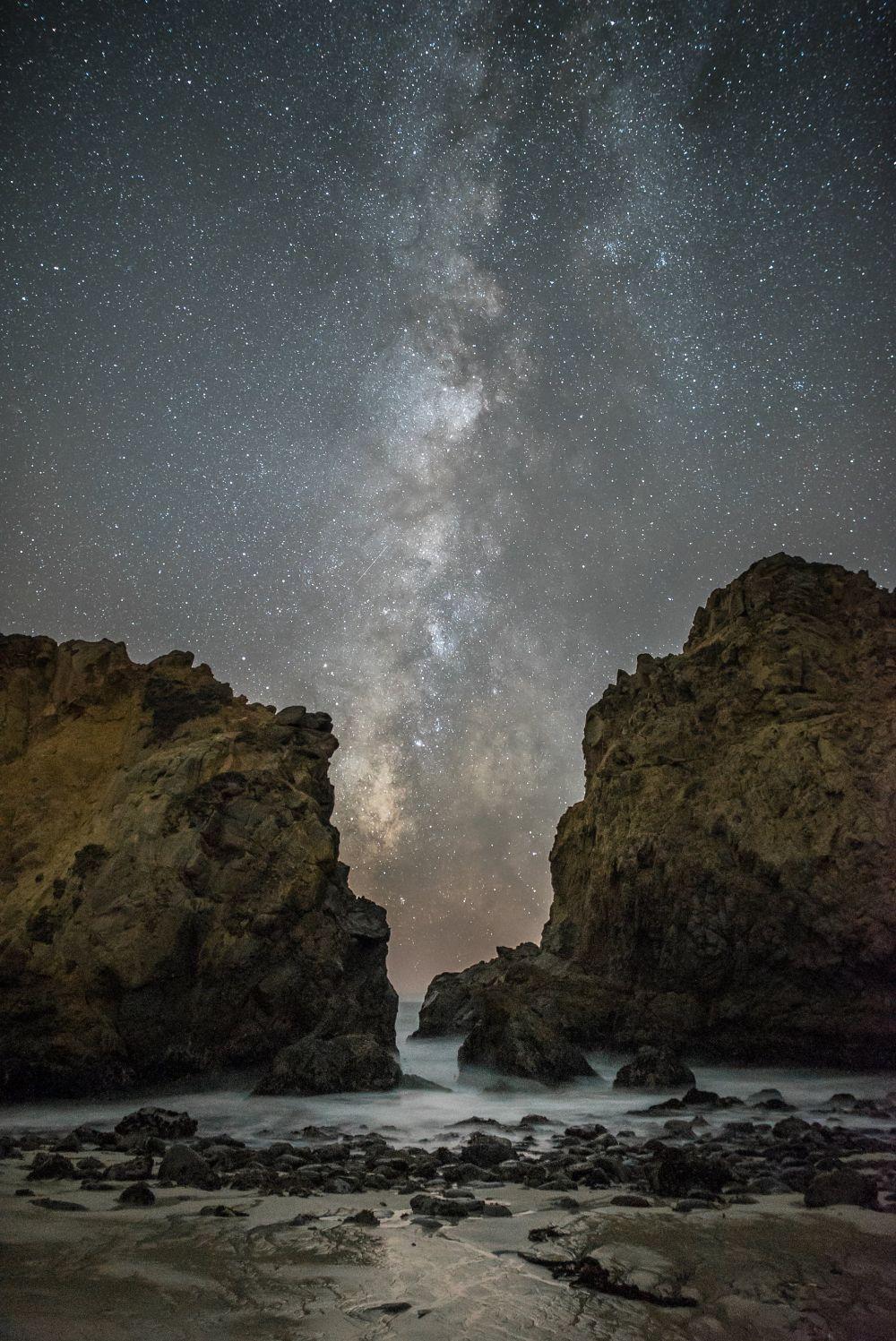Вот фотография Млечного Пути между скалами в Калифорнии, США. Фотограф - Rick Whitacre