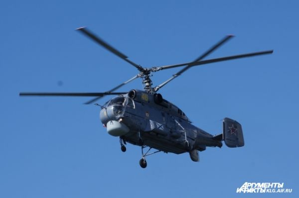 В воздушной части военно-морского парада приняли участие около 15 самолетов и вертолетов.