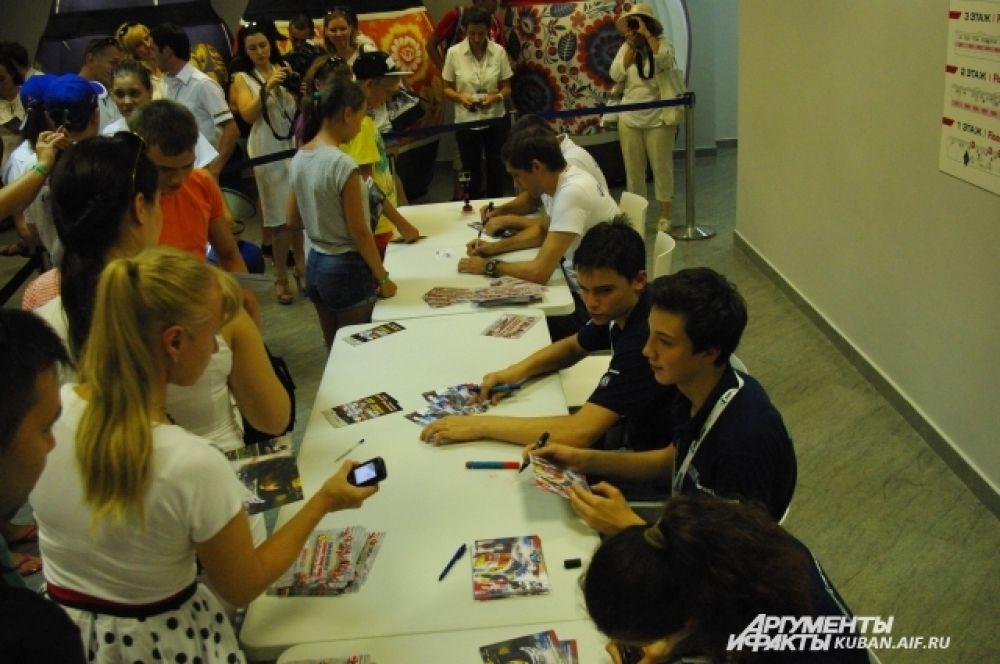 Российские гонщики SMP Racing дают автографы болельщикам.