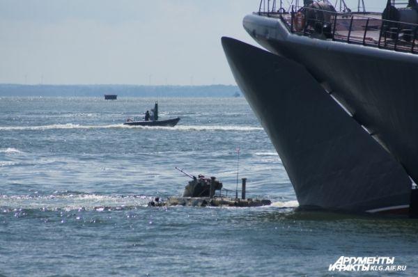 Большой десантный корабль «Королев» провел высадку морского десанта на бронетранспортерах БТР-82а.