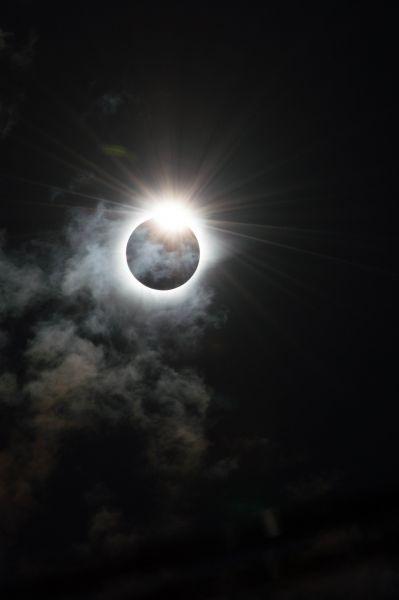 Полное солнечное затмение в Индонезии. Melanie Thorne решил назвать это фото