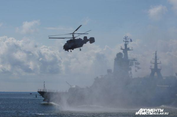 В акватории Калининградского залива были разыграны эпизоды по освобождению судна, захваченного пиратами при поддержке поисково-спасательного вертолета морской авиации Балтийского флота.