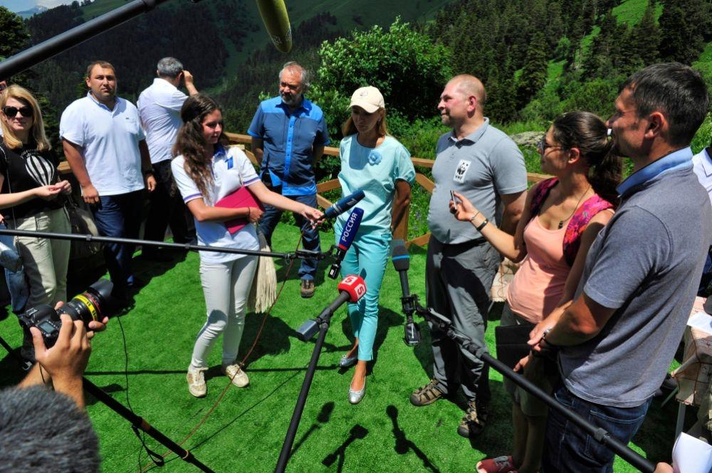 Участники проекта дают интервью СМИ.