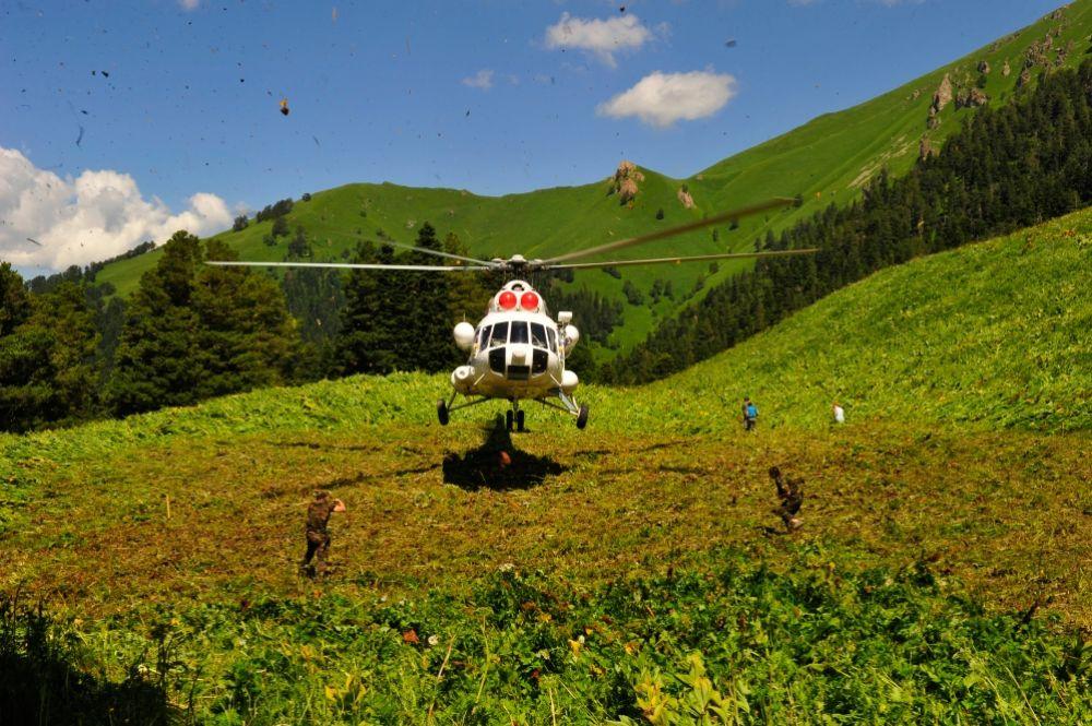 Вертолет в клетками прибыл в урочище Ахцархва.