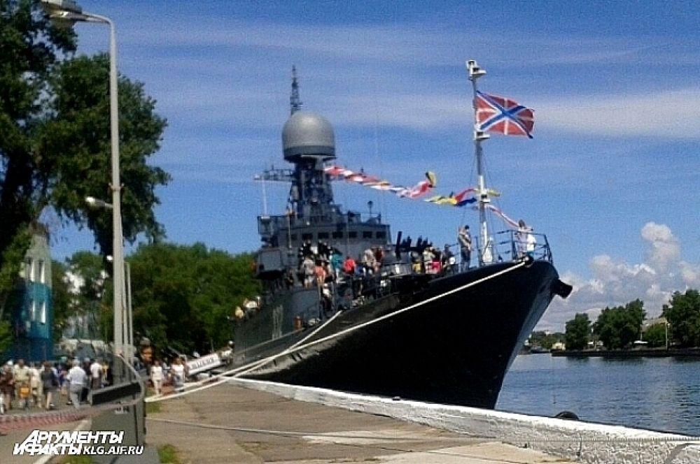 У причалов Балтийска были пришвартованы малый ракетный  корабль, ракетный катер и малый противолодочный корабль, которые в праздничный день открыты для посещения жителям и гостям города.