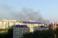 Поднимающийся столб дыма видно даже со стороны улицы Щорса.