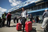 Туристы, прибывшие на отдых в Крым, выходят из здания аэропорта.