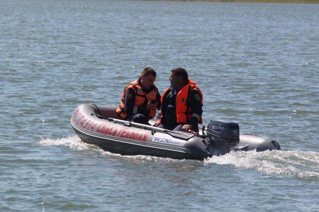 Рыбака доставили на берег спасатели.