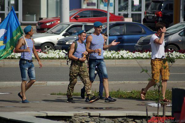 Многие десатники не присоединились к колонне, а гуляли по городу вместе с товарищами.