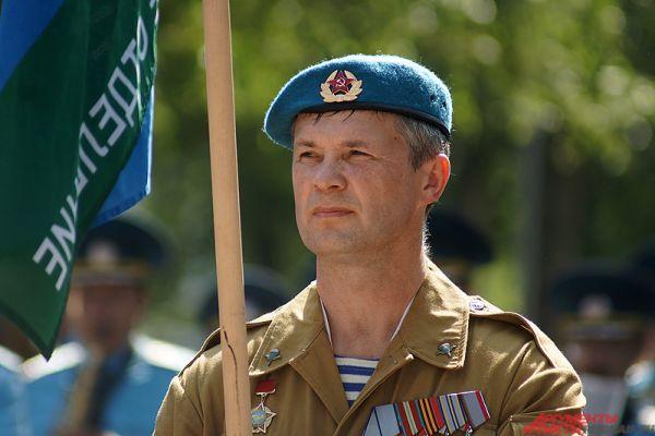 Именно тогда под Воронежем впервые было десантировано на парашютах подразделение десантников в составе 12 человек.