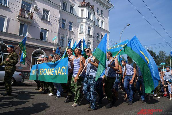 Колонна десантников прошла по улицам Монастырской и Сибирской.