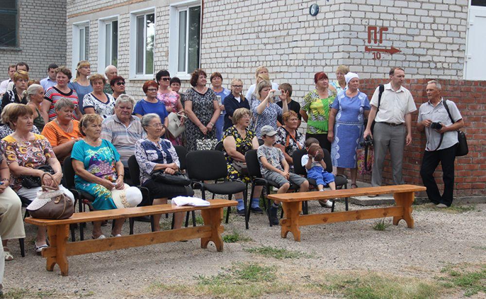 Церемония состоялась во дворе местной школы