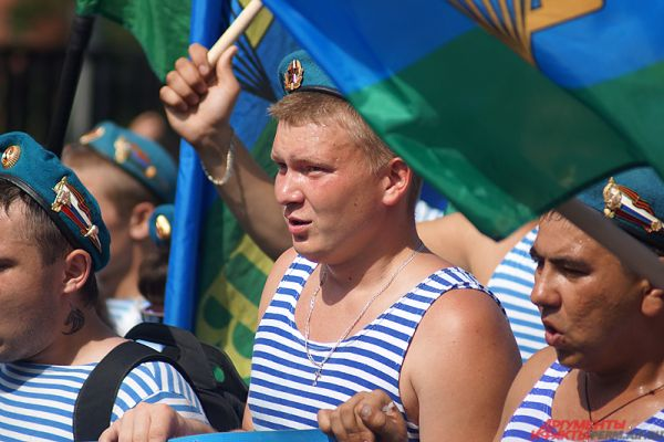 Несмотря на изнуряющую летнюю жару, солдаты поддерживали строй - радостно кричали и улыбались.