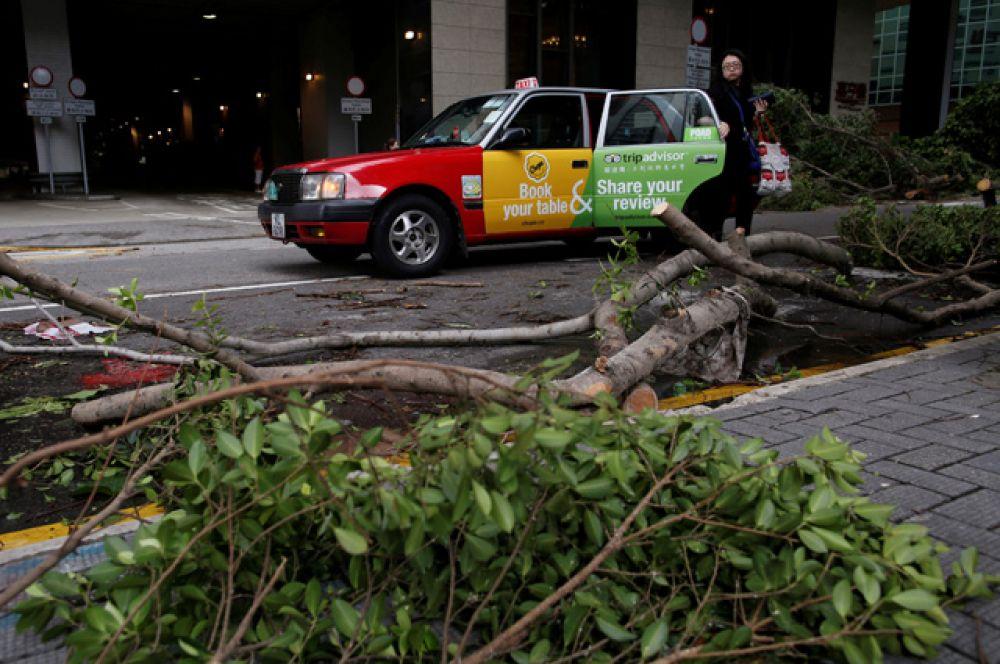 В специальном административном районе Гонконг в связи с тайфуном объявлен восьмой из десяти уровень тревоги.