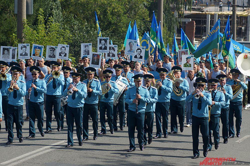 Колонна двигалась в сопровождении Пермского губернского военного оркестра.