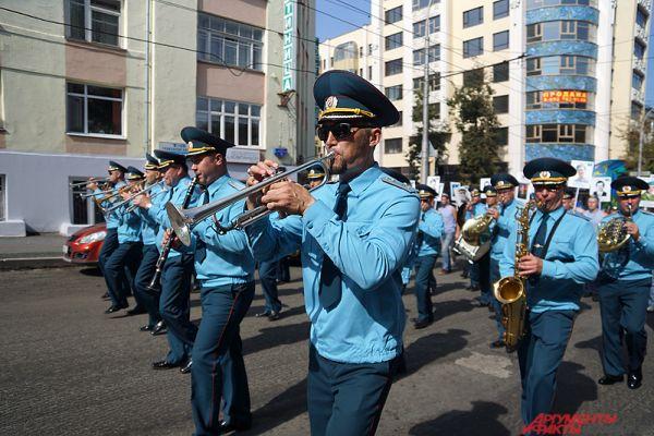 Военные по дороге исполнили популярные военные песни.
