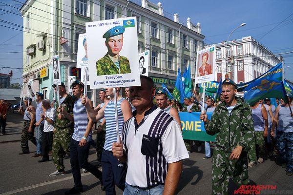 В колонне можно было заметить активистов движения «Бессмертный полк». Это новая традиция празднования Дня ВДВ.