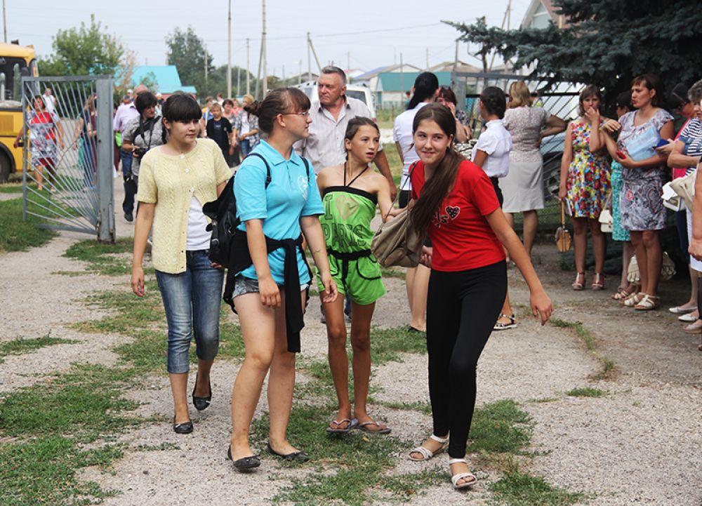 На церемонию открытия пришло большинство жителей села Кремёнки