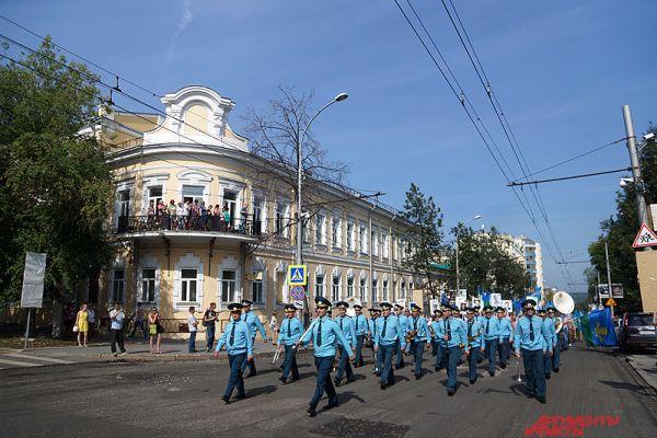 На время прохождения десантников движение машин в городе было приостановлено.