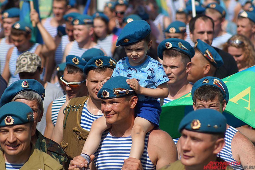 Во время марша солдаты шли вместе с семьями – детьми, женами и родственниками.