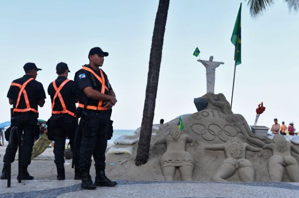 Сотрудники полиции на пляже Копакабана в Рио-де-Жанейро.