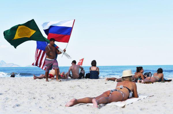Отдыхающие на пляже Копакабана в Рио-де-Жанейро.
