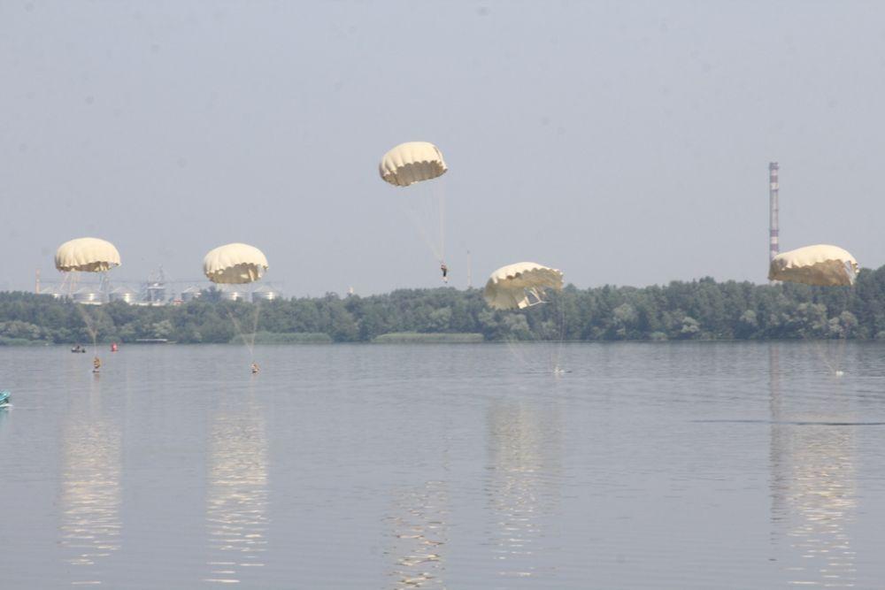 В Днепре также можно было наблюдать высадку днепровского десанта во время авиашоу