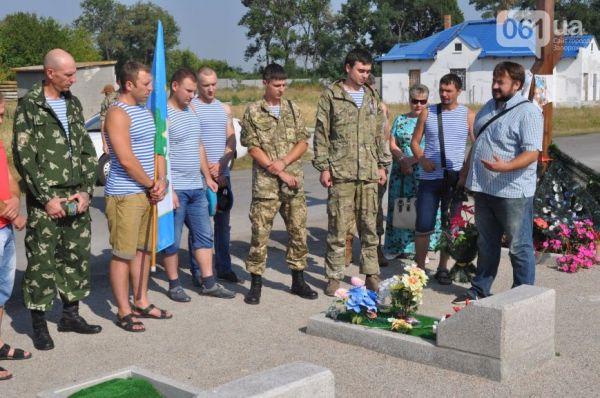 В Запорожской области все было намного скромнее. Здесь просто почтили память десантника, который погиб в АТО
