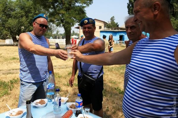 В Одессе бывшие и действующие военные отметили день ВДВ с гречкой