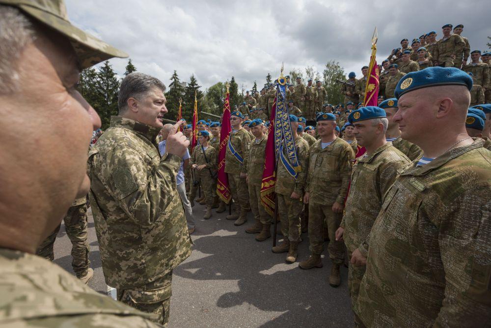 Порошенко говорил, что десантный лозунг «Никто, кроме нас» всегда останется ориентиром для наших военных