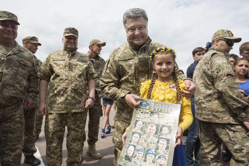 Яркое фото президента с девочкой